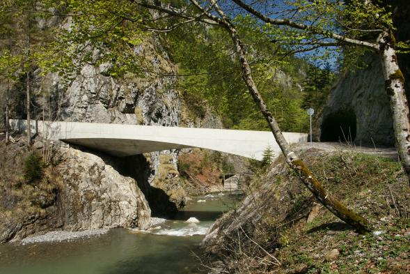 Most zasazený do skály