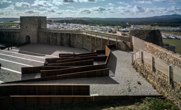 Nádvoří hradu Castillo de El Real de la Jara