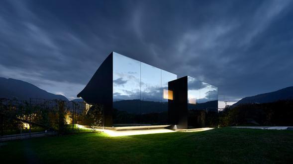 Dům obložený zrcadly v Dolomitech