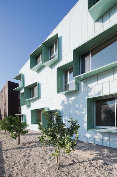 Bytový dům s funkčními rámy oken
